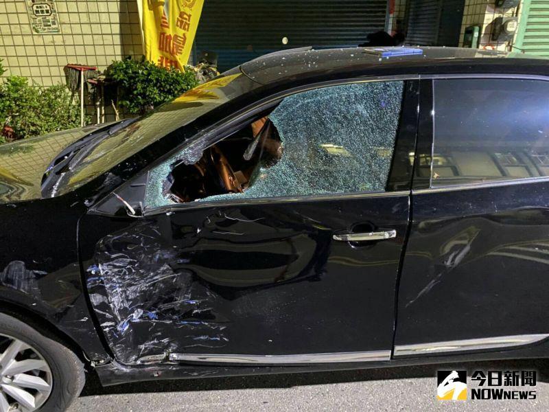 ▲秀水鄉小客車與機車車禍,直接撞擊轎車左側車門。(圖/記者陳雅芳翻攝,2020.11.21)