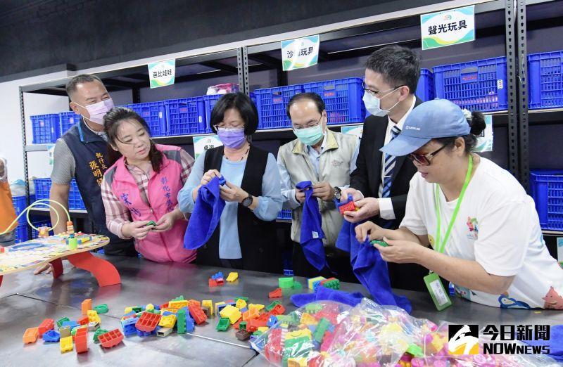 ▲縣長王惠美感謝台塑企業、王長庚公益基金會及台灣玩具圖書館協會,回收塑膠玩具既環保也讓弱勢孩子展笑顏。(圖/記者陳雅芳攝,2020.11.21)