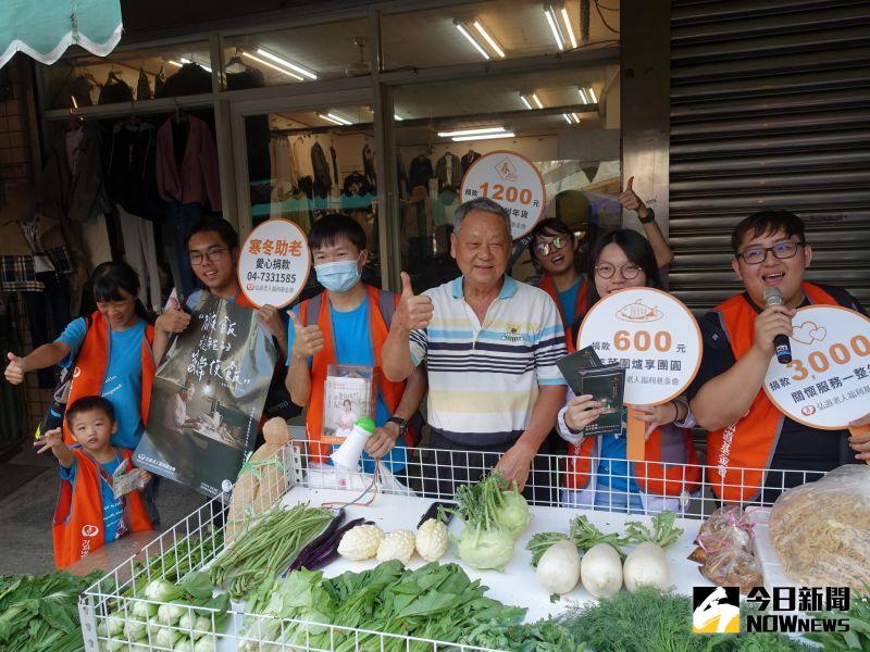 ▲三民市場菜攤老闆捐款,還讓學生在攤位前宣傳募款。(圖/記者陳雅芳攝,2020.11.21)