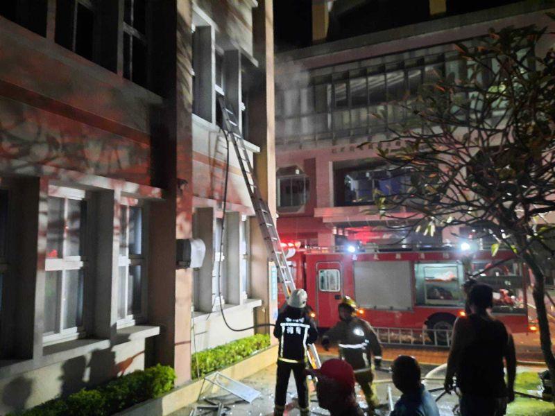 ▲新港鄉公所發生火警,消防員架梯救火。(圖/記者陳惲朋翻攝)