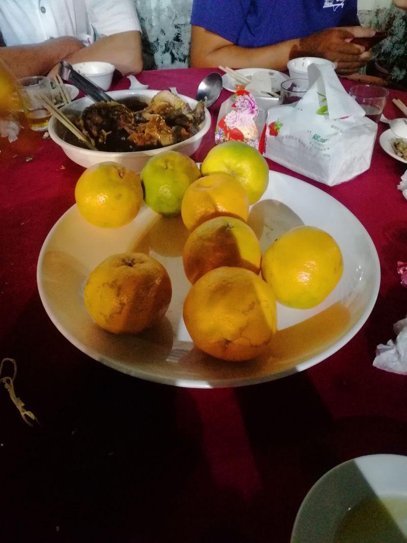 ▲原PO看到水果是整顆橘子十分無言。(圖/翻攝爆怨2公社臉書)