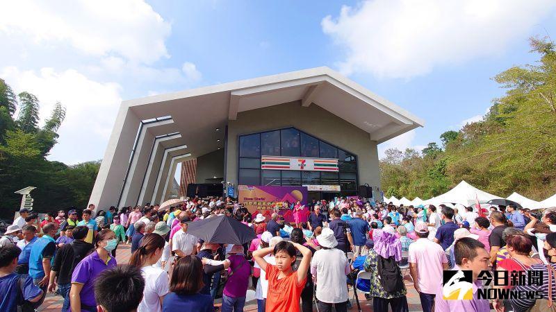 ▲高雄月世界遊客中心今(22)日正式開幕,湧入大批人潮。(圖/記者鄭婷襄)