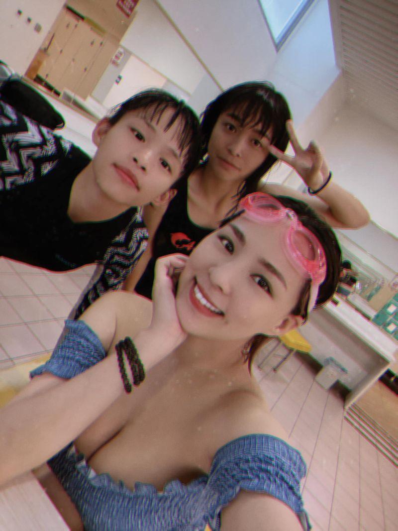 ▲熊熊和2名小女孩游泳。(圖/熊熊臉書)