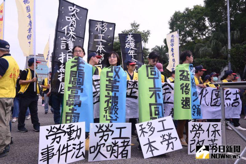 ▲勞工、環保、食安、土地、言論自由等團體拉起布條,代表