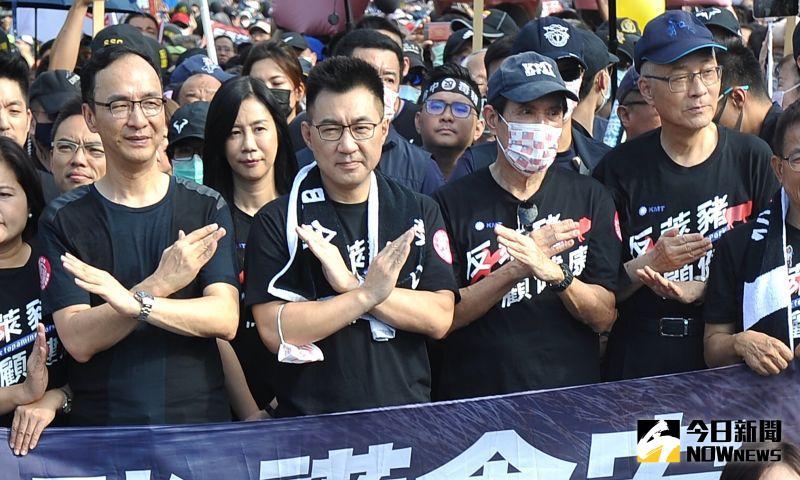 前總統馬英九(右二)與國民黨主席江啟臣、前主席吳敦義、朱立倫等人,穿上黑衣一同走上街頭反萊豬。