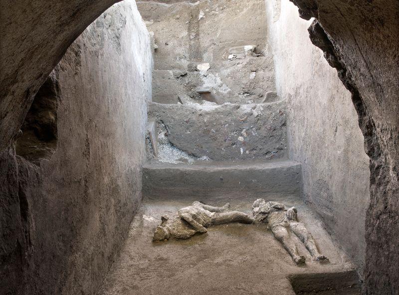 ▲義大利維蘇威火山(Vesuvius)近2000年前爆發摧毀古城龐貝(Pompeii),官員今天表示,考古學家在龐貝城外緣一棟別墅中挖出2具因火山爆發高溫至死的男性罹難者遺骸。(圖/美聯社/達志影像)