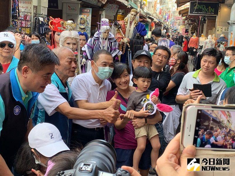 ▲侯友宜步行在新莊廟街上,受到民眾熱情歡迎。(圖/記者康子仁攝)