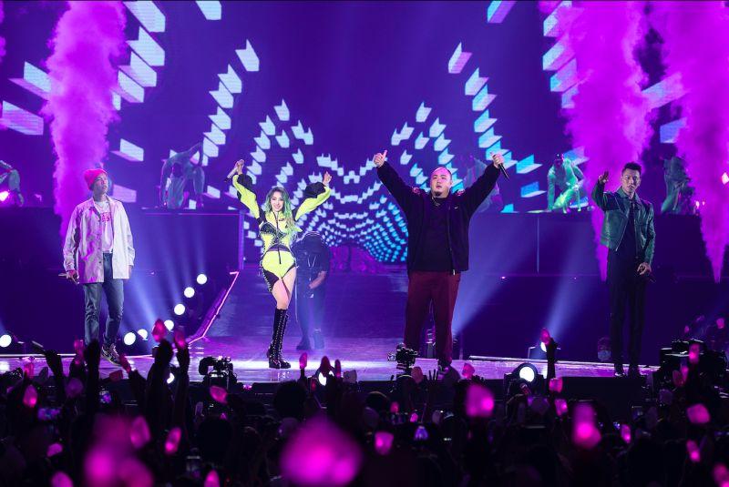 ▲蔡依林(左二)合體頑童MJ116演唱《辣台妹》、《幹大事》、《PLAY》3首歌組成的組曲。(圖/凌時差提供)
