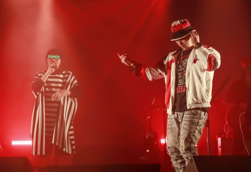 黃明志在台北舉辦「禁歌精取之夜」,邀來嘻哈界前輩大支擔任嘉賓,2人合唱歌曲《鬼島》。(圖/亞洲通文創提供)