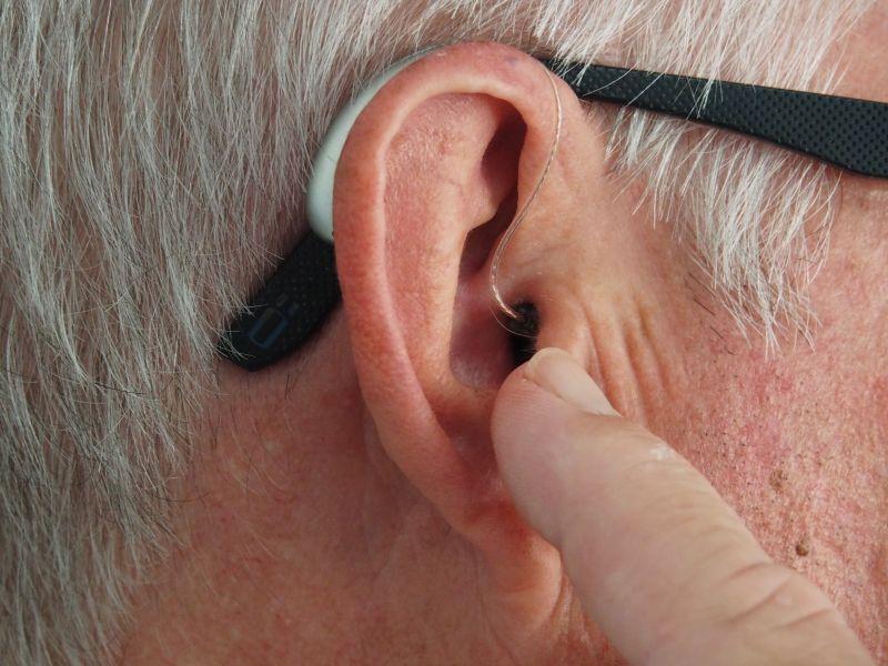 耳朵爆癢狂挖!男手指竟「飄屎味」 1習慣讓醫師秒嚇呆