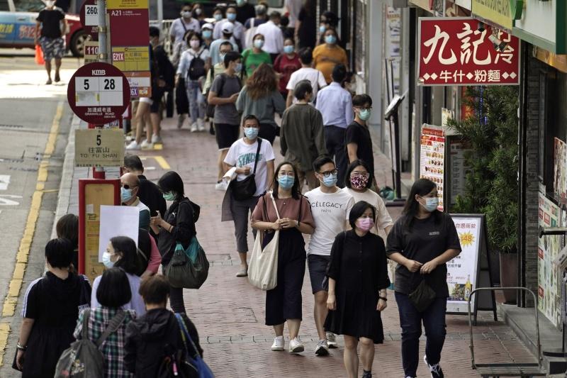 ▲香港爆發第四波新冠肺炎疫情,嚴重打擊香港的經濟民生,本地近日又出現小規模裁員潮,繼永安旅行社裁員120人後,有線電視新聞部亦宣布裁減40人。資料照。(圖/美聯社/達志影像)