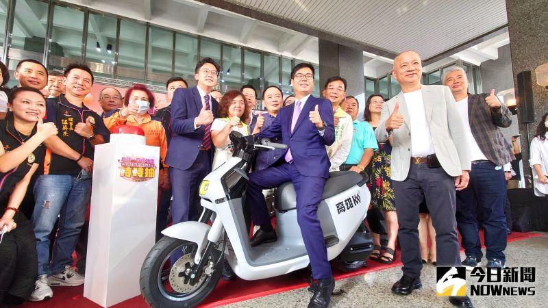 高雄市長陳其邁笑說「不怕你來、就怕你不來」,歡迎大家都來高雄消費抽iPhone 12或Gogoro。(圖/記者鄭婷襄)