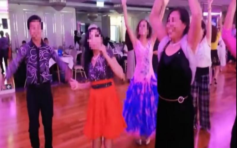▲根據香港媒體報導,「跳舞群組」的新冠病毒傳播鏈正在擴大,而網上盛傳本月在某宴會廳舉辦生日會,多人未戴口罩一起熱舞的影像也引起熱議。(圖/翻攝自巴士的報)