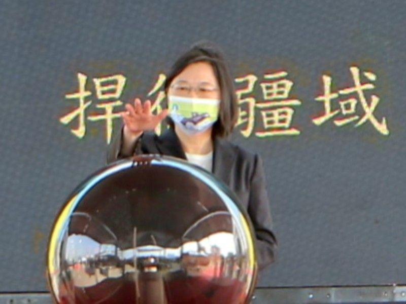 ▲總統蔡英文按雷射球啟動潛艦製造廠房大門,見證台船公司在潛艦產線製程上的能量。(圖/台灣國際造船提供,2020.11.24)