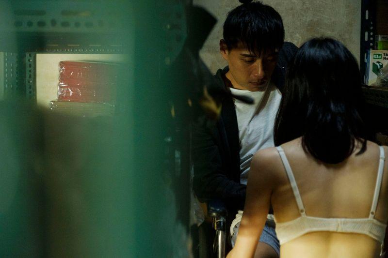 ▲▼鄭人碩(左)在片中被邱偲琹服務「打手槍」。(圖/威視)