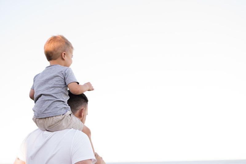 ▲中國一名父親因為兒子長太帥,他認為「非他親生」,於是做了4次親子鑑定,結果都顯示「確認親生」,醫師也親自解釋原因。(示意圖,圖中人物與文章中內容無關/取自unsplash)
