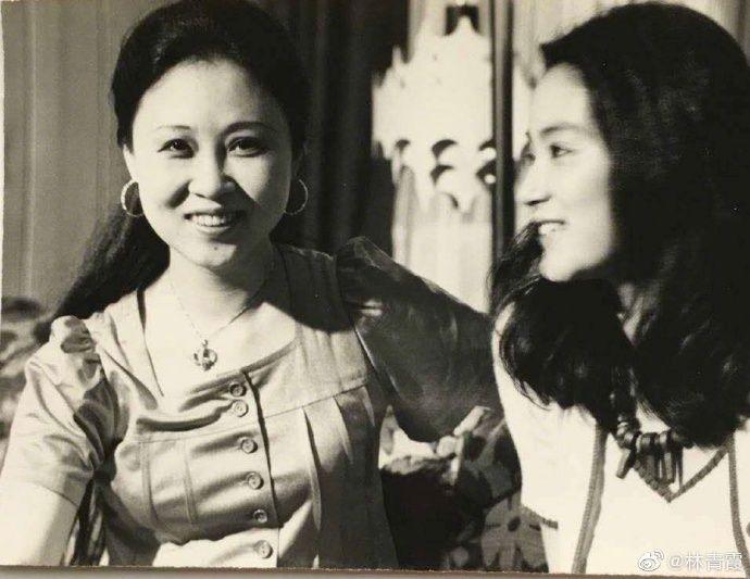 ▲▼林青霞(右)、瓊瑤同框老照片。(圖/林青霞微博)