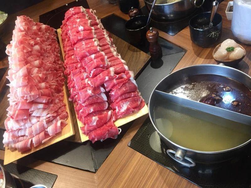 ▲網友分享鍋物240盎司超澎湃肉片,引發熱議。(圖/翻攝自《美食公社》臉書社團)