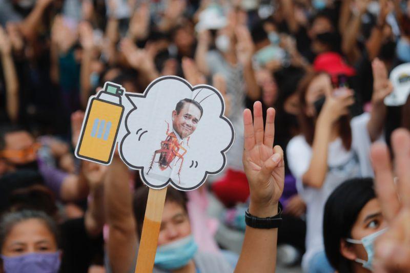 泰國12名學運領袖被控涉「不敬罪」!恐面臨15年徒刑