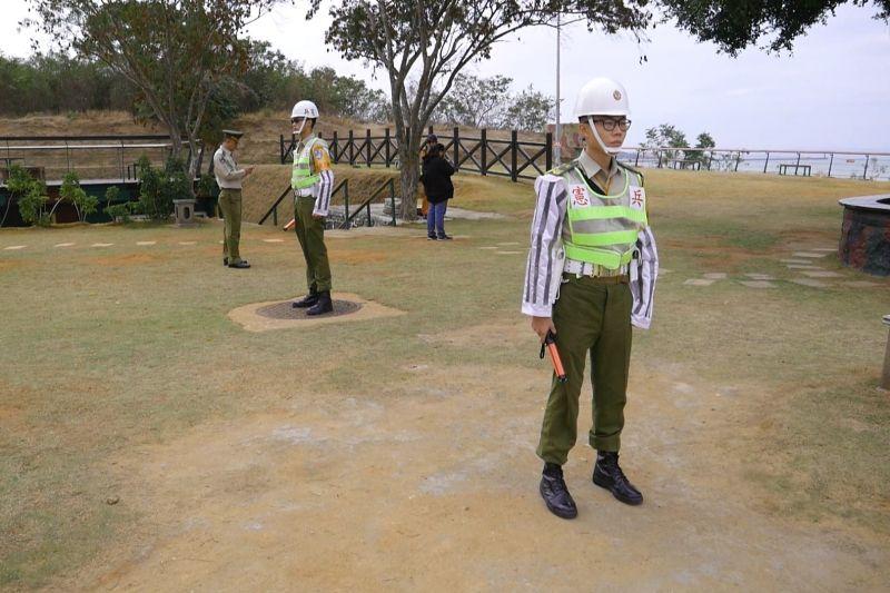 ▲金門憲兵隊到場進行交管,防止遊客意外闖入。(圖/記者蔡若喬攝)