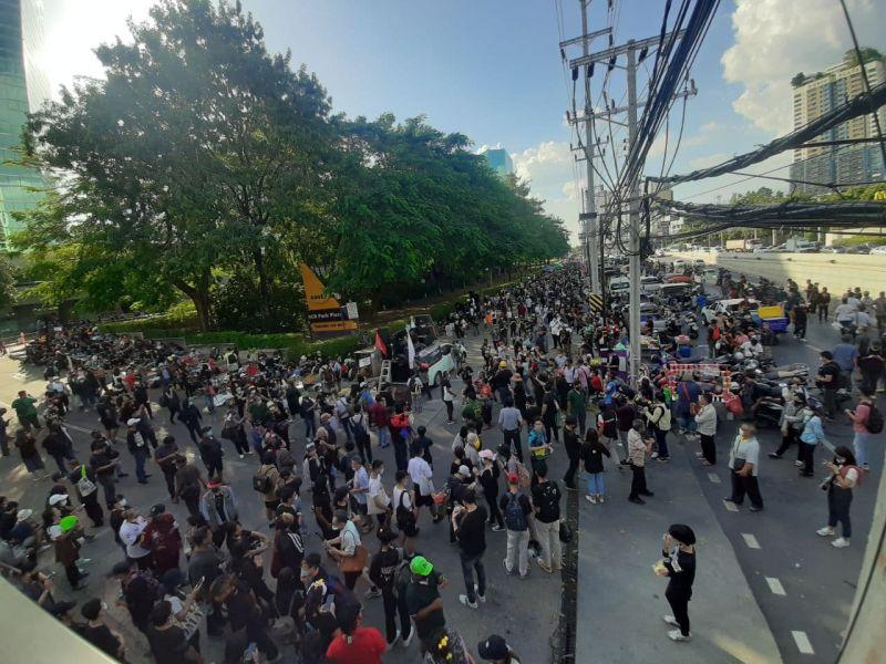▲泰國示威者於當地時間下午