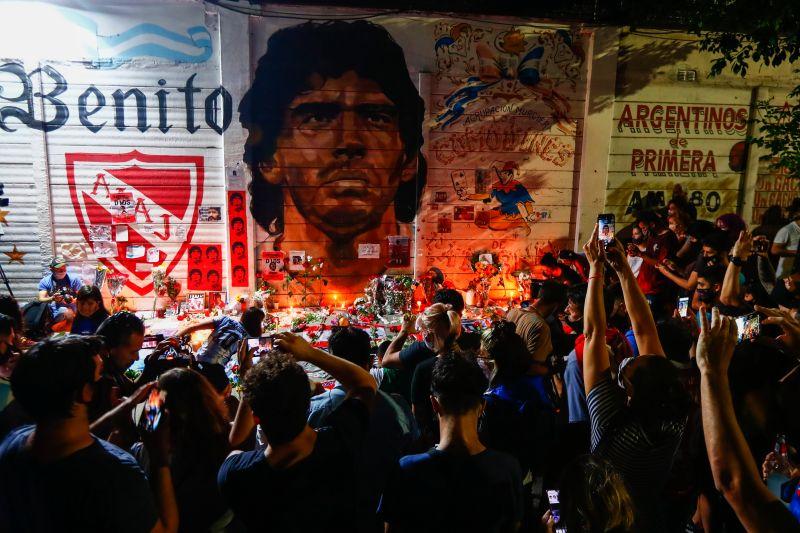 ▲阿根廷傳奇球王馬拉度納(Diego Maradona)今日因心臟病逝世,享年60歲,阿根廷球迷用各種方式悼念這位一代球王。(圖/美聯社/達志影像)