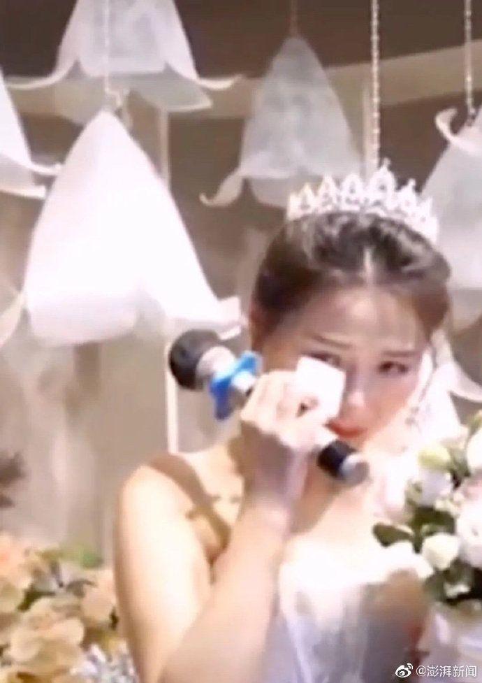 ▲新郎提到自己因為疫情而無法到場時,新娘也默默拭淚。。(圖/翻攝澎湃新聞微博)