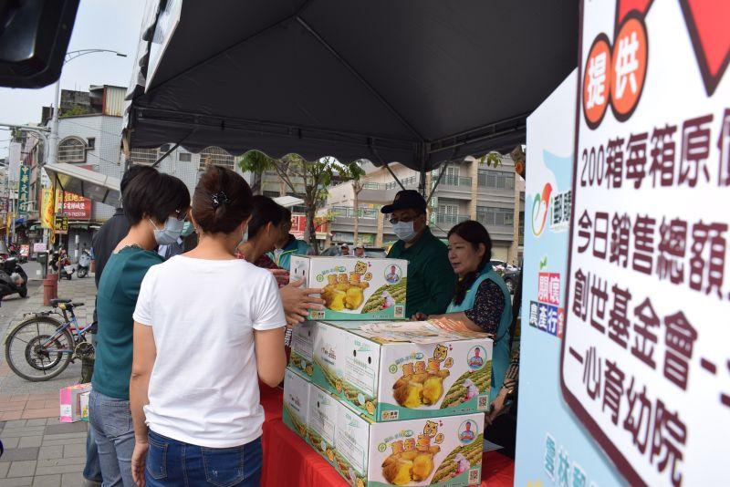 ▲中華郵政與在地小農做公益,「水林大溝黃金薯」上市義賣。(圖/記者洪佳伶攝,2020.11.26)