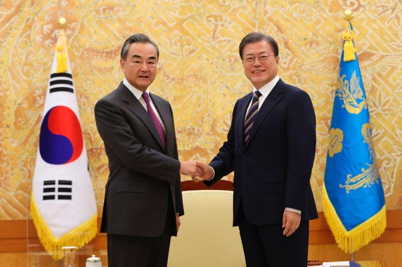 ▲中國外長王毅(左)與韓國(南韓)總統文在寅2020年11月26日在首爾青瓦台會面前合影。(圖/美聯社/達志影像)