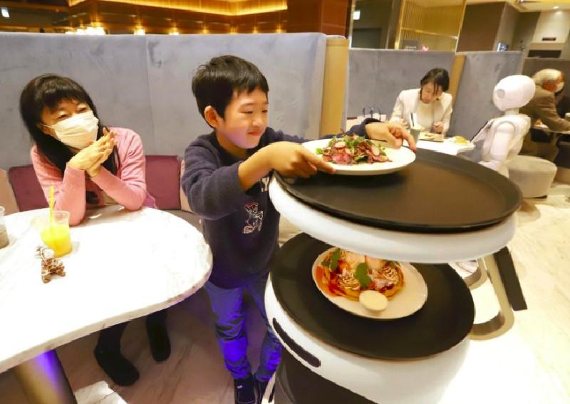 未來咖啡廳恐全面AI化?機器人服務生已於東京上線