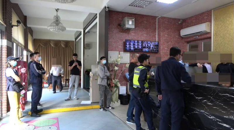 自稱是保全公司人員的黑衣男子至香客大樓,雙方爆發衝突。警方獲報趕到現場處理