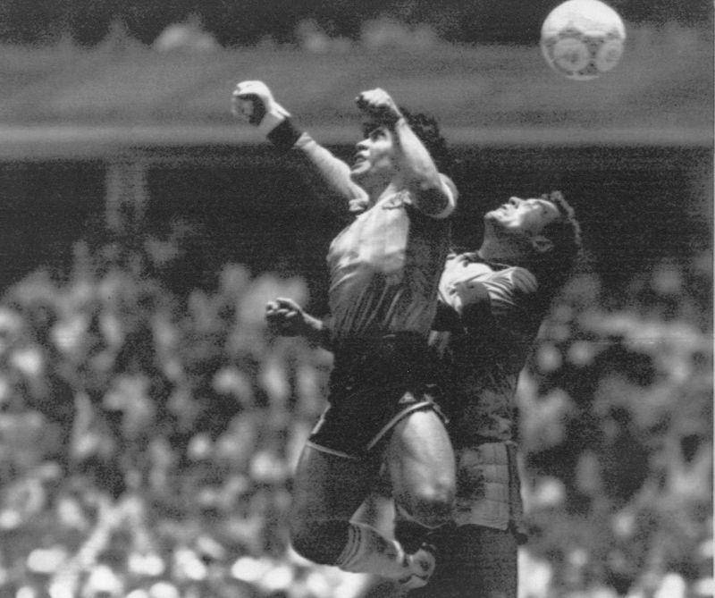 1986年世界盃,Diego Maradona在英國門將Peter Shilton前上演「上帝之手」的一幕