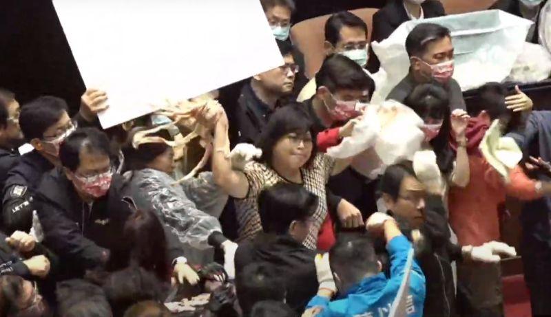 超混亂!蘇貞昌在綠委護駕中報告 藍委手丟豬內臟杯葛