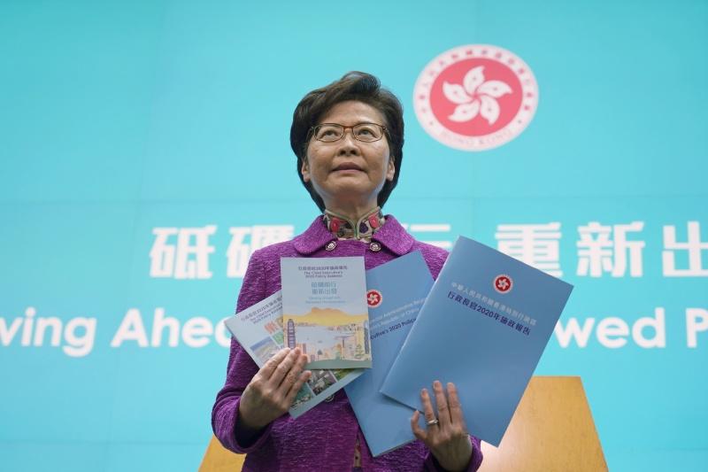 ▲香港至今仍有約200名公務員拒簽效忠聲明。圖為香港特首林鄭月娥,資料照。(圖/美聯社/達志影像)