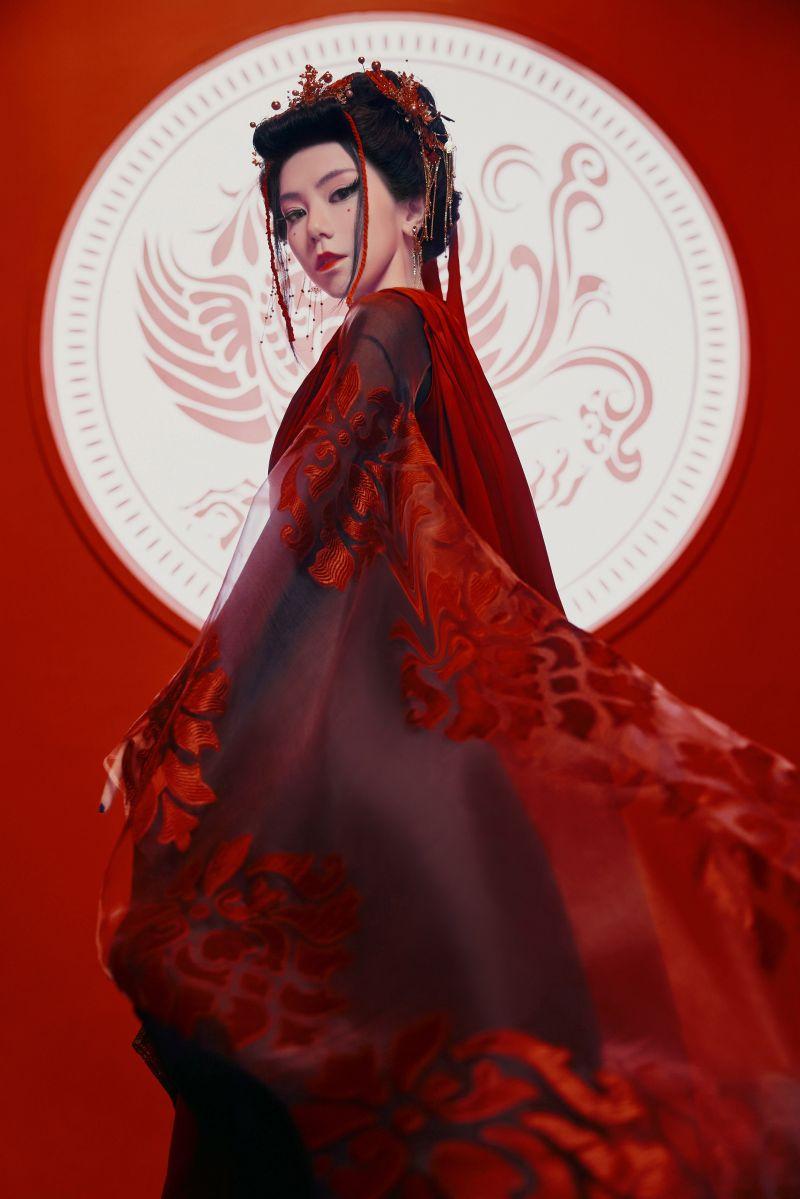 ▲鄧紫棋在新歌《萬國覺醒》MV中,化身3位女性歷史英雄人物。(圖/索尼音樂提供)
