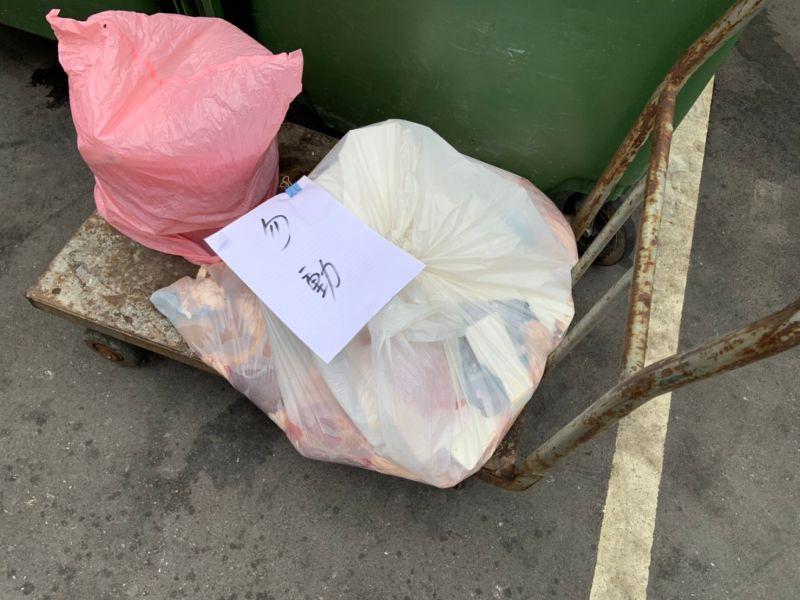 ▲豬內臟清理完後就棄置在立法院的垃圾場,上面還貼著勿動的紙條。 (圖/記者吳承翰攝)