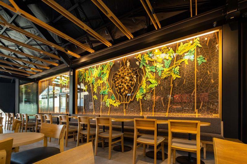 ▲門市內藝術牆面,更邀請北港當地的藝術家葉成豐合作,運用紙雕工藝手法,表現出星巴克的咖啡生長過程。(圖|星巴克提供)