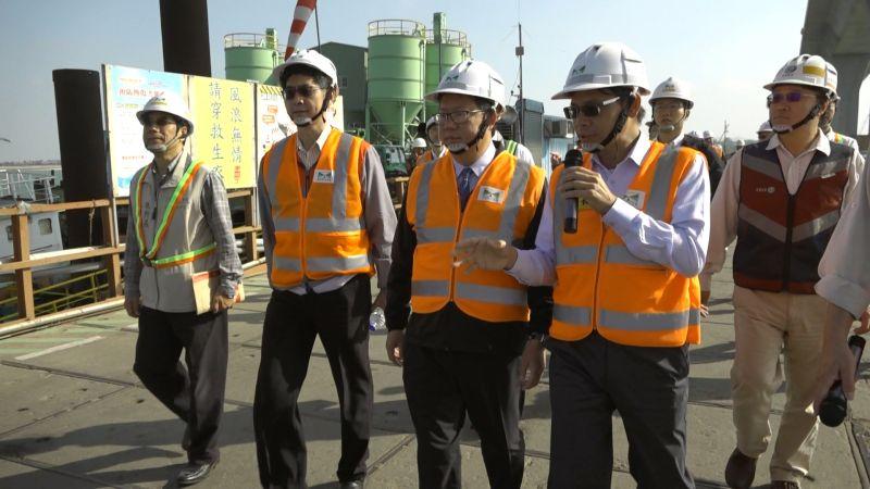 鄭文燦今天率領桃園市府團隊訪視金門大橋建設工程。(圖/記者蔡若喬攝)
