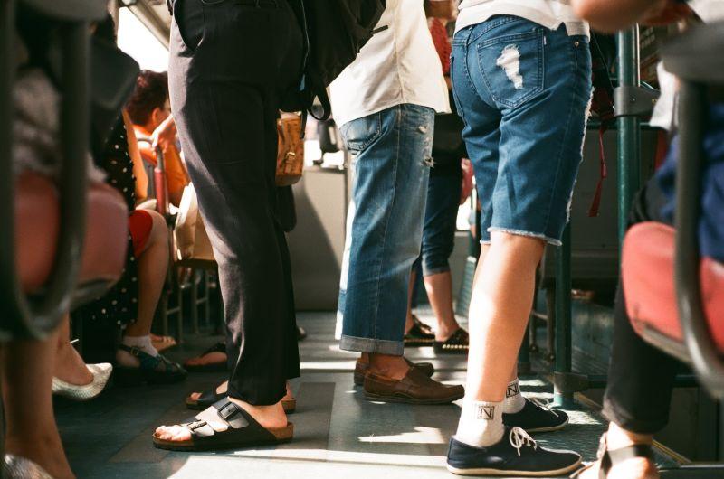 搭公車屁股被磨蹭!台中妹子下車「<b>褲子</b>濕黏」 一聞噁爆