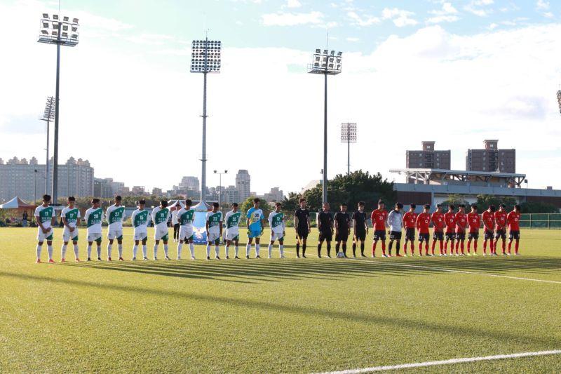 ▲璉紅台體(白)與紅獅FC(紅)在賽前默哀1分鐘。(圖/中華足協提供)