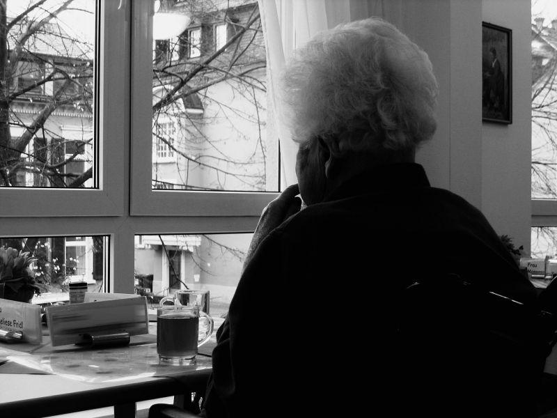 ▲中國一名老奶奶辛苦存了1萬多元人民幣,並將其藏在廁所,豈料一拿出來竟全發霉,嚇得她急衝銀行。(示意圖,圖中人物與文章中內容無關/取自 pixabay )