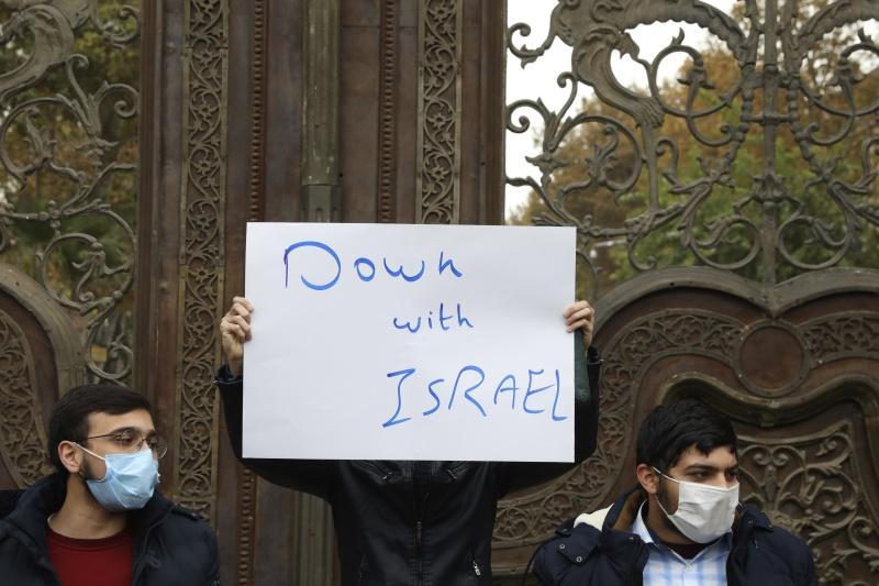 ▲法克里薩德被殺一事在伊朗境內激起許多民眾憤怒,甚至吶喊要政府和以色列開戰。(圖/美聯社/達志影像)