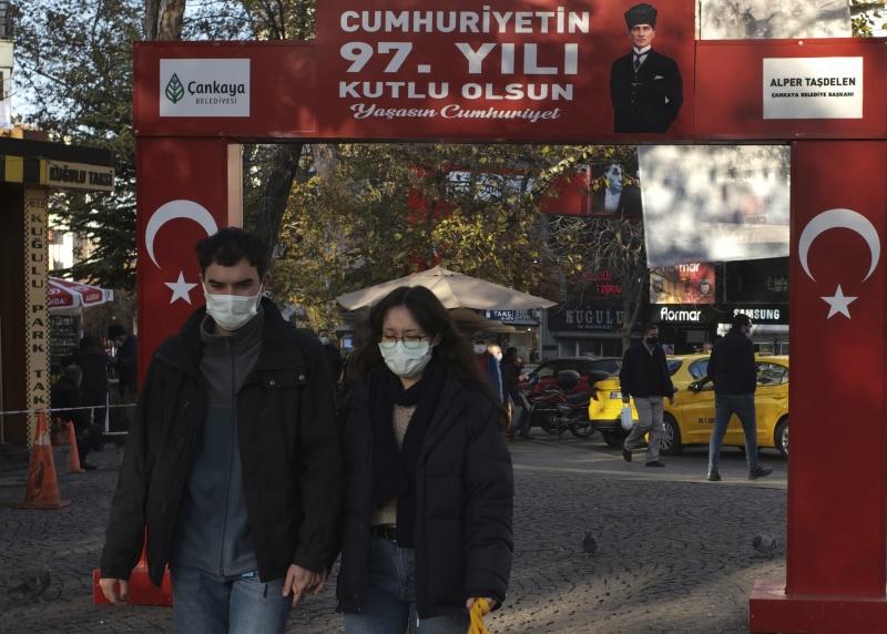▲土耳其衛生部長克扎 9 日晚間表示,相較於4月時上一波疫情高峰,境內新冠肺炎單日病例數激增超過5倍。境內過去24小時通報217起死亡病例,創新高。(圖/美聯社/達志影像)
