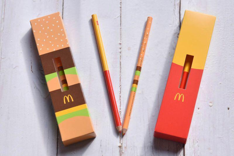 ▲單筆消費滿250元,就送限量滿額禮「暖心文具-雙色鉛筆」,包含兩款Q萌可愛的紅、黃雙色鉛筆。(圖/業者提供)