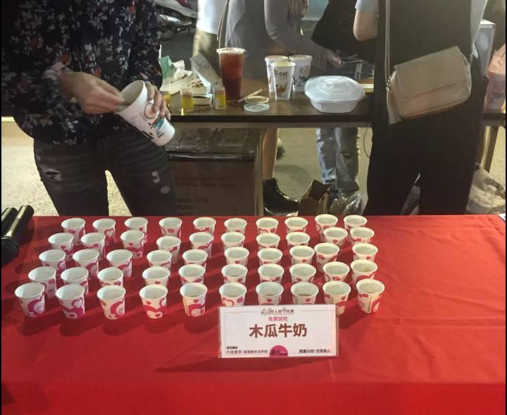 ▲高市經發局在六合夜市辦理「辦桌免費吃」促銷活動,民眾到場才發現,不但沒有擺桌請客,現場免費喝的木瓜牛奶也只是一人一小杯。(圖/市議員陳若翠提供)
