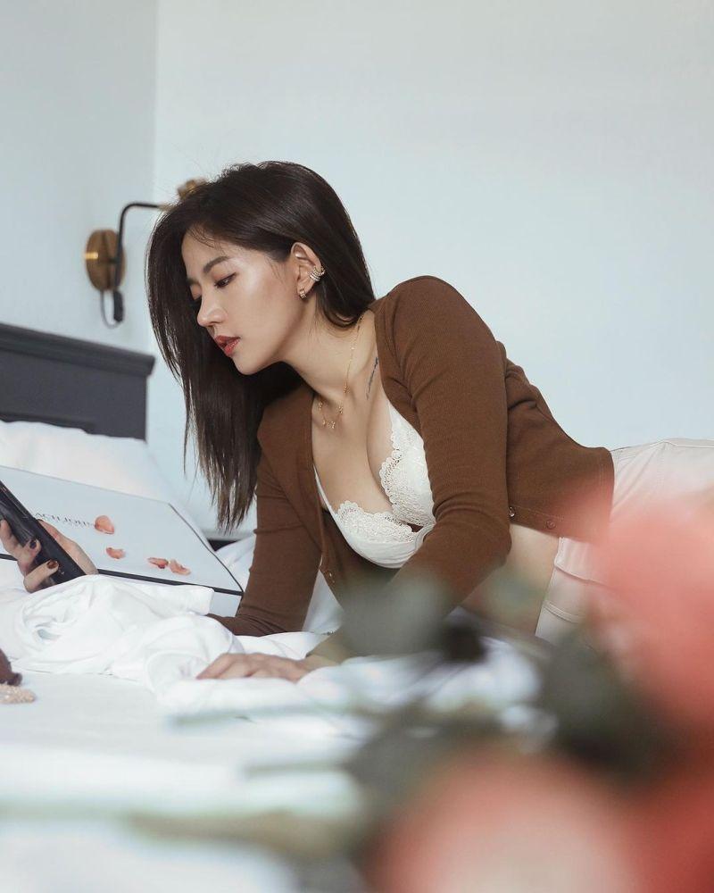 ▲陳艾琳趴在床上十分誘人。(圖/陳艾琳IG)