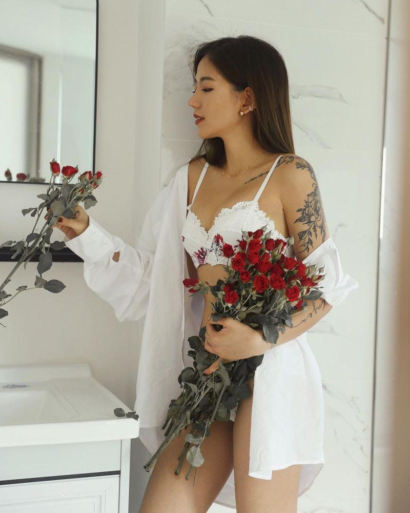 ▲陳艾琳露出招牌「琳琳腿」。(圖/陳艾琳IG)