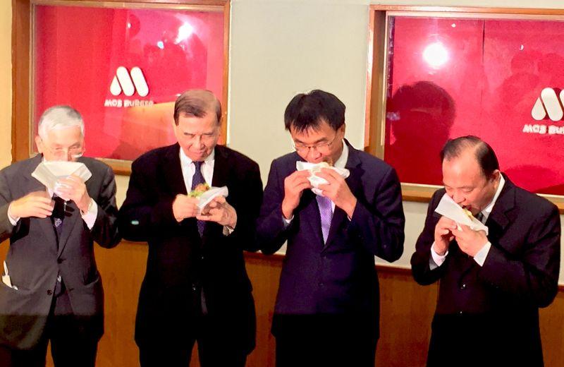 ▲今(1)日於記者會上農委會主委陳吉仲(右二)與東元餐飲集團會長黃茂雄一同品嚐台灣豬漢堡。(圖/記者黃仁杰攝,2020.12.01)