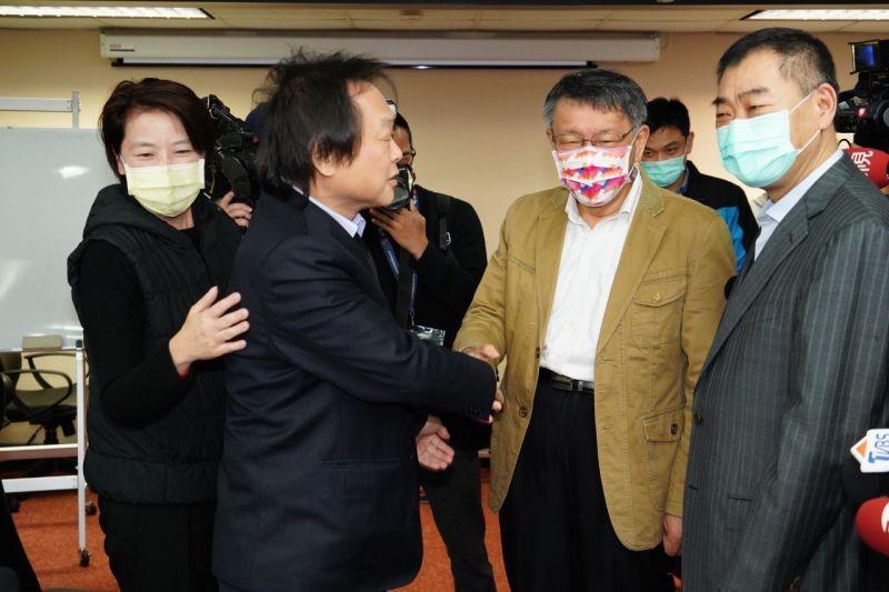 一向與台北市長柯文哲(右)不合的柯黑大將、民進黨台北市議員王世堅(左),1日在台北市議會警政委員會上,兩人相互握手言歡。