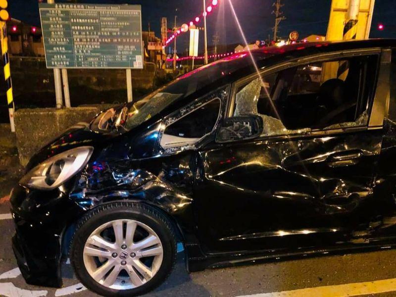 ▲溫男駕駛的自小客車車體嚴重毀損。(圖/記者陳聖璋翻攝)